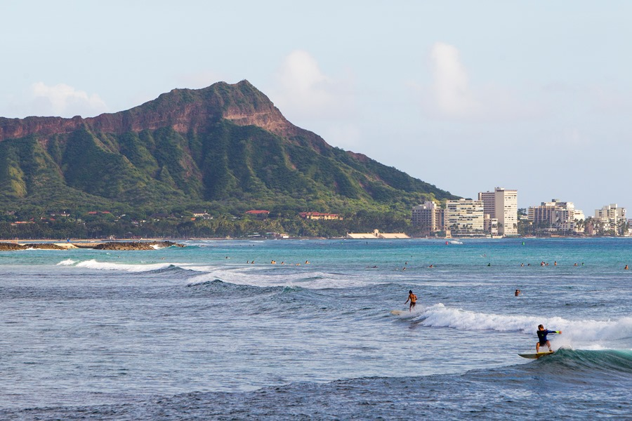 Surfers in Hawaii (photo:AP)