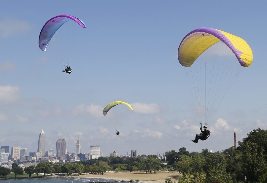 Paragliders near Cleveland, OH (photo: AP)