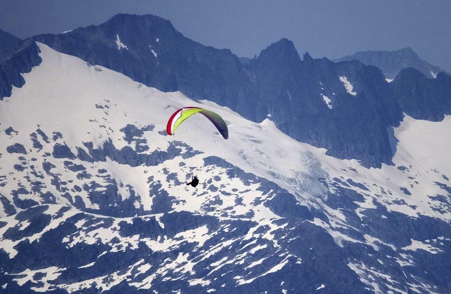 Paragliding near Juneau, Alaska (photo: AP)