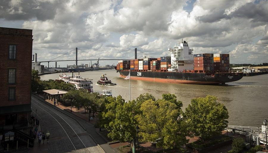 A ship passes Savannah, Georgia (photo: AP)