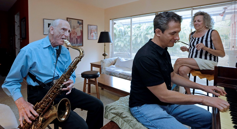 An anti-Alzheimer's strategy is to learn a musical instrument. (Photo: AP)