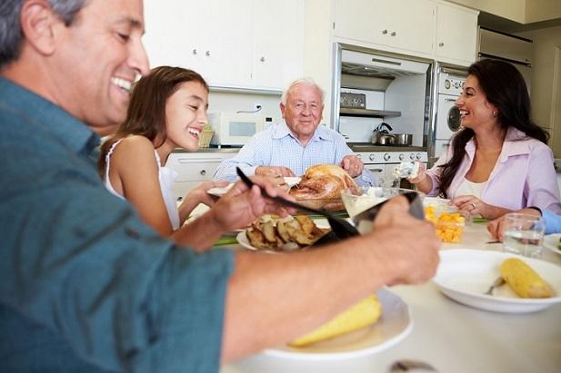 multi generational family thanksgivnig